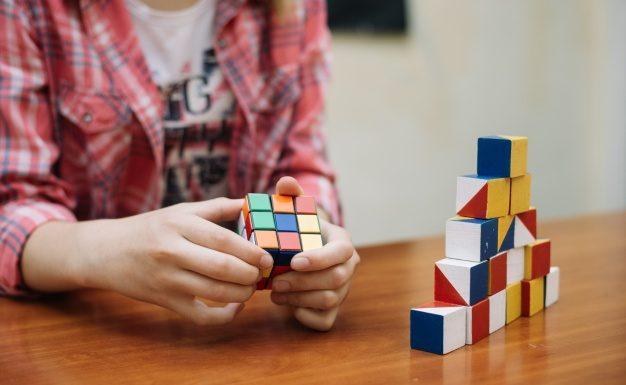 Kom af med din mobilafhængighed med en rubiks cube