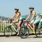 familie med cykelhjelme