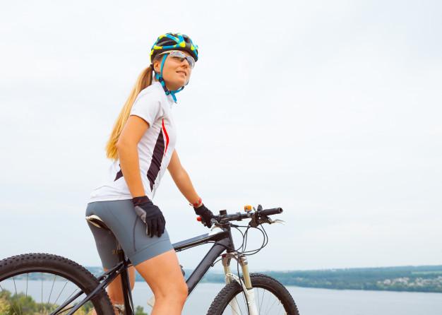 kvinde med cykelhjelm